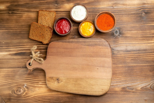 Pães de pão preto com temperos em uma mesa de madeira marrom pão torrado com temperos