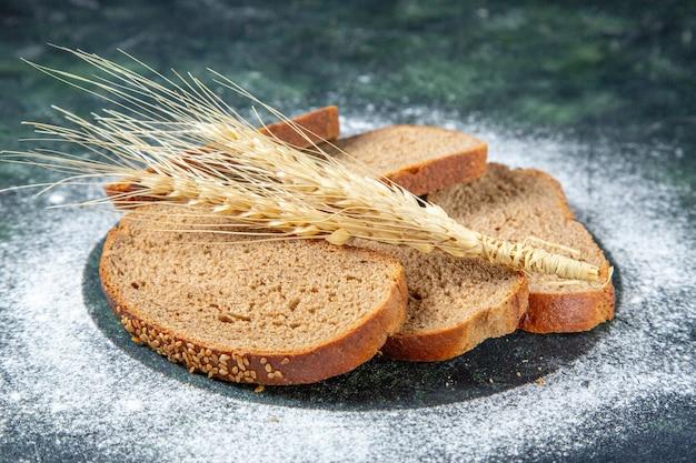 Pães de pão preto de vista frontal