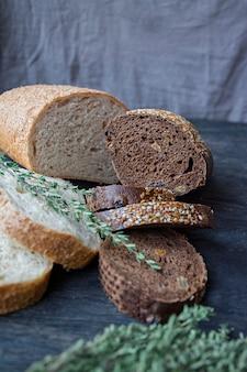 Pães de pão preto e branco em um quadro negro