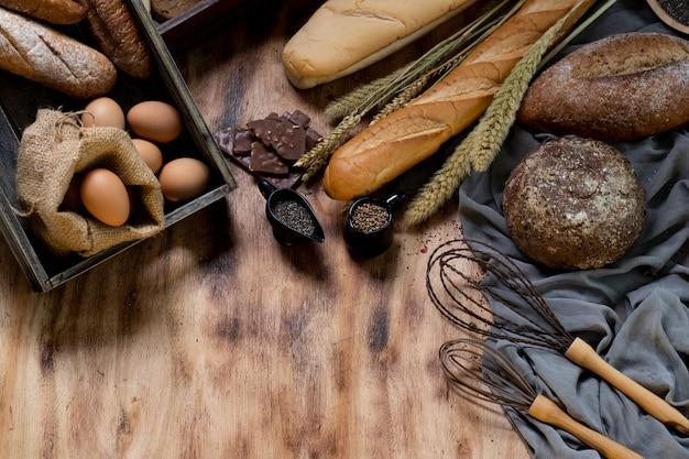 Pães e barguettes na placa de madeira.