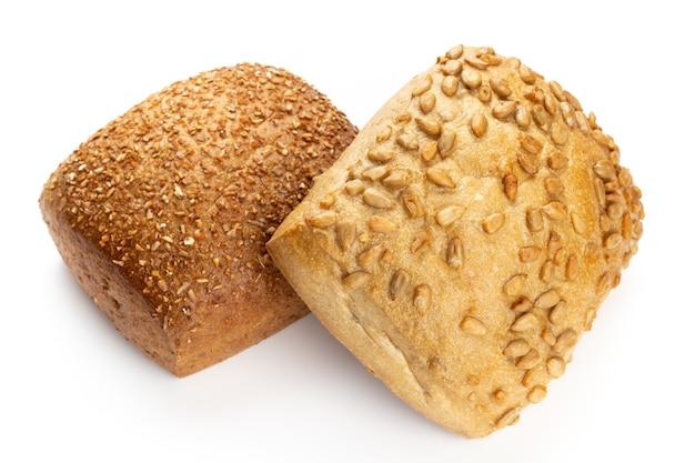 Pães ecológicos de centeio na superfície branca.