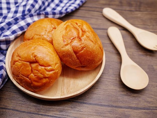 Pães em placa de madeira