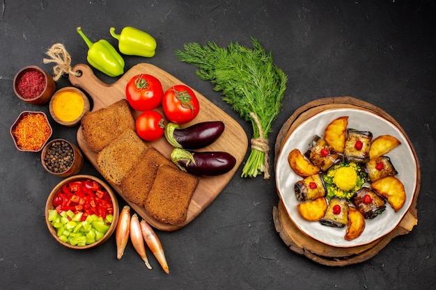 Pães escuros de vista superior com temperos de tomate e berinjela no fundo escuro salada saúde refeição madura