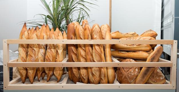Pães franceses em um mercado de padaria