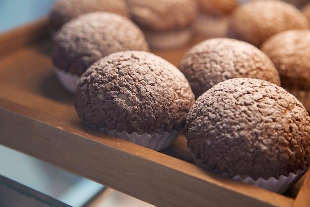 Pães na prateleira na padaria no super mercado