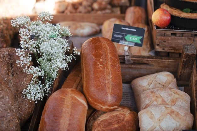 Pães rústicos assados pão com tag e gypsophila flores