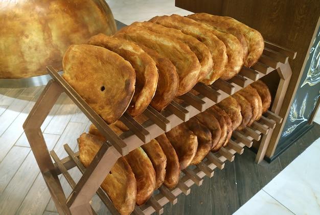 Pães tradicionais armênios à venda nas prateleiras de madeira de padaria