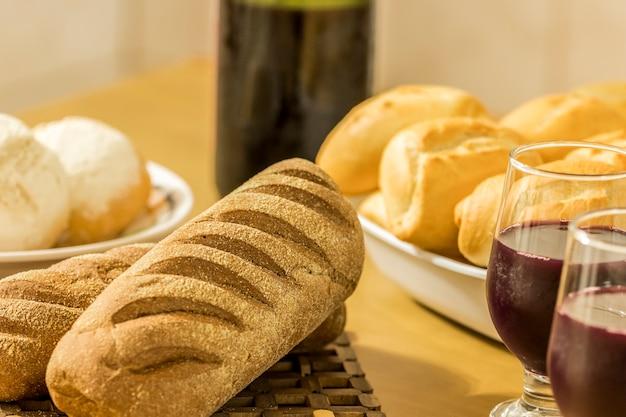 Pães variados na mesa
