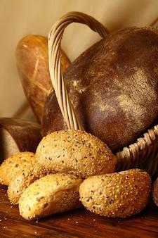 Pãezinhos com sementes de gergelim e diferentes tipos de pão