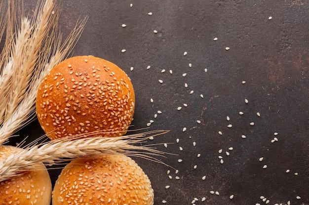 Pãezinhos com sementes de gergelim e grama de trigo