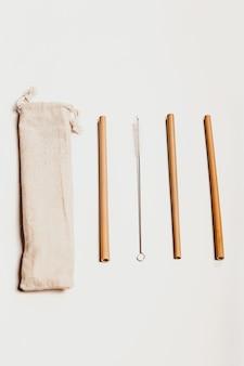 Pãezinhos de coquetel de madeira com um saco de pano zero desperdício de reciclagem conceito de estilo de vida sustentável lay flat lay