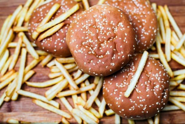 Pãezinhos de hambúrguer com batatas fritas