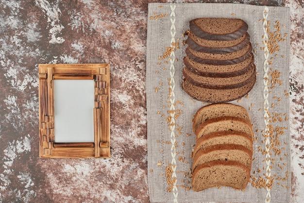 Pãezinhos de pão com grãos de trigo.