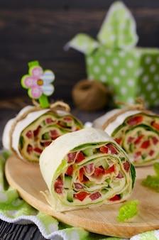 Pãezinhos de pão com legumes, queijo e linguiça