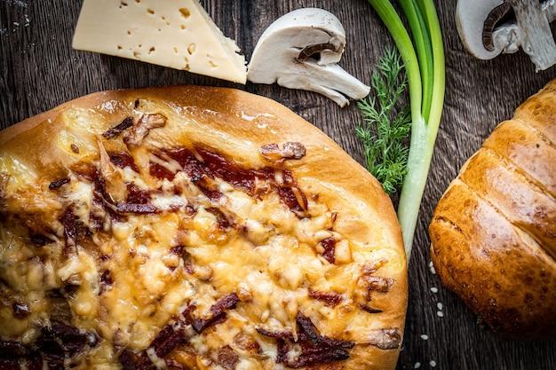 Pãezinhos de pastéis frescos em fundo de estilo rústico