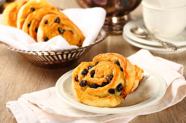 Pãezinhos de redemoinho doce livre de glúten com passas no café da manhã