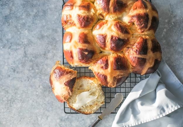 Pãezinhos quentes cruzados com manteiga. guloseima tradicional de páscoa