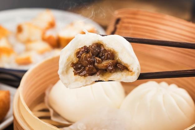 Pãezinhos recheados de porco chinês no vapor