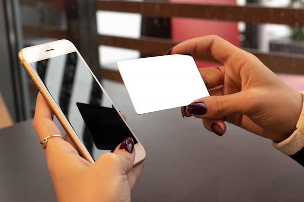 Pagamento com cartão de crédito. dinheiro em smartphone. conceito de dinheiro do banco.