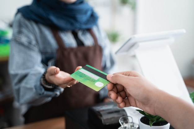 Pagamento com cartão de crédito no café