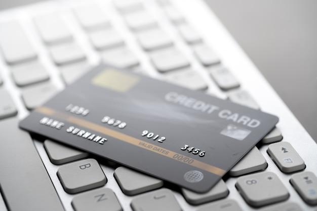 Pagamento com cartão de crédito on-line com um teclado
