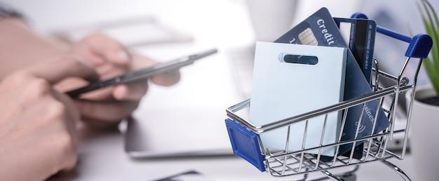 Pagamento eletrônico de compras em casa online com cartão de crédito