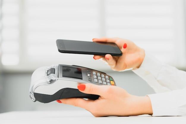 Pagamento por smartphone através de terminal no shopping