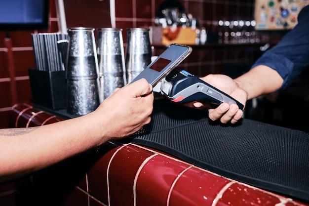 Pagamento sem contato com telefone celular. conveniência sem dinheiro.