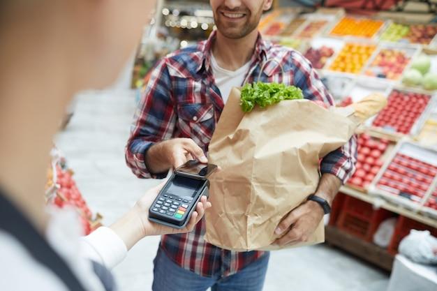 Pagando com smartphone no supermercado