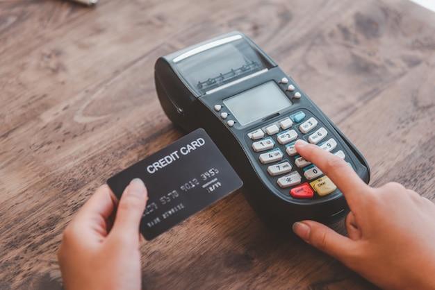 Pagar com cartão de crédito, comprar e vender produtos usando uma máquina de passar cartão de crédito
