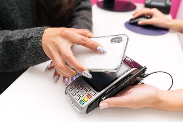 Pagar uma conta com um leitor de telefone celular