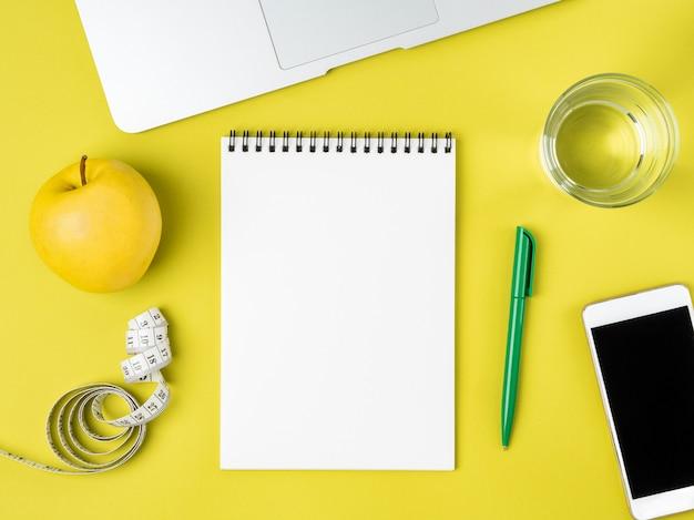 Página de caderno em branco para plano de dieta ou menu, fita métrica, conceito de perda de peso
