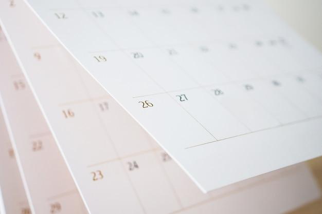 Página de calendário virando folha de perto, conceito de reunião de compromisso de planejamento de agenda de negócios