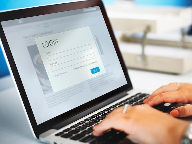 Página de login na tela de um laptop
