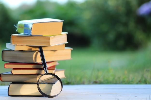 Página de pilha de livros educacionais ao ar livre