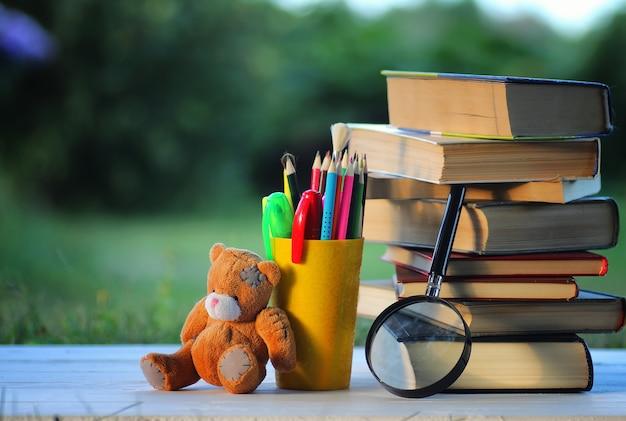 Página de pilha de livros escolares de volta à escola ao ar livre