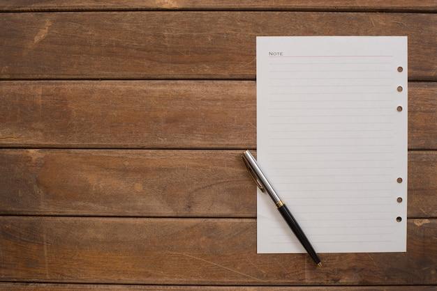 Página de um caderno com uma caneta