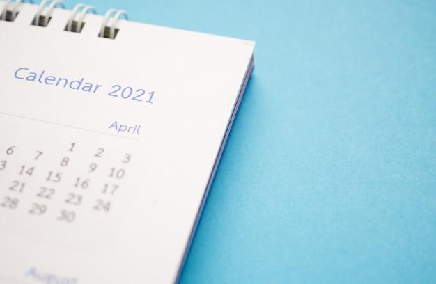 Página do calendário 2021 close-up em plano de fundo azul planejamento de negócios
