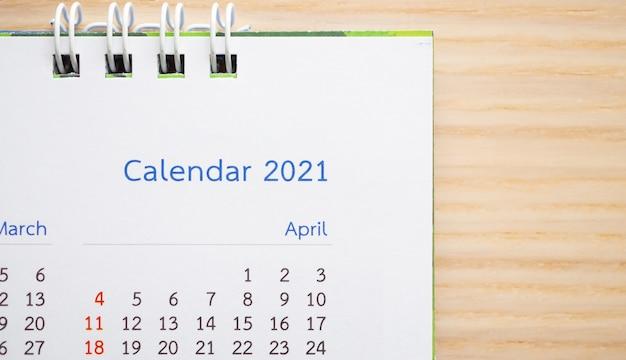 Página do calendário 2021 close-up no planejamento de negócios de fundo de mesa de madeira