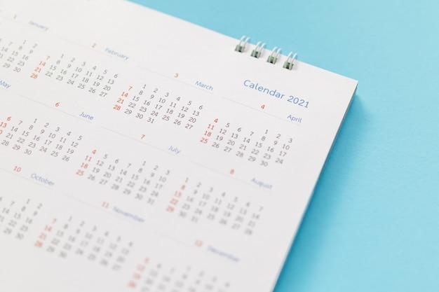 Página do calendário 2021 no fundo azul planejamento de negócios, nomeação, conceito de reunião