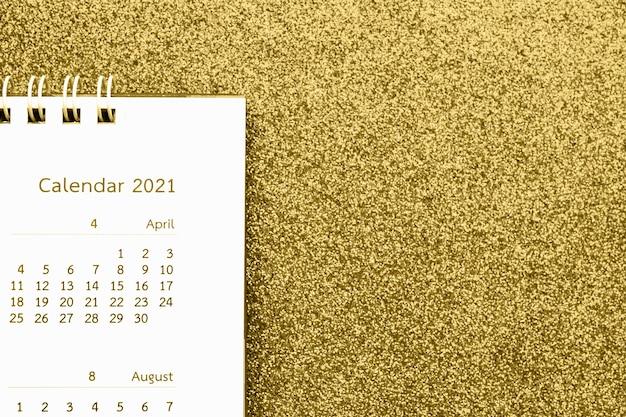 Página do calendário de feliz ano novo 2021 close-up em fundo de glitter dourados