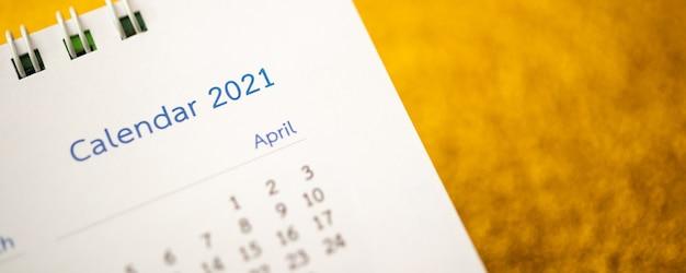 Página do calendário de feliz ano novo 2021 close-up na parede de glitter dourados