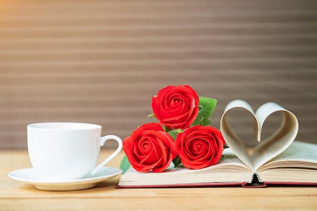 Página do livro curva forma de coração e rosa vermelha