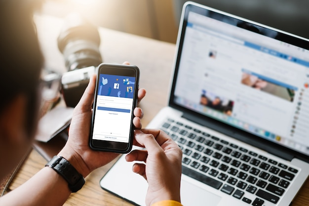 Página do logotipo do aplicativo de mídia social na tela do aplicativo móvel