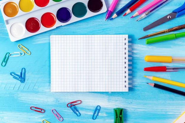 Página em branco do bloco de notas, canetas, lápis, marcadores com espaço de cópia