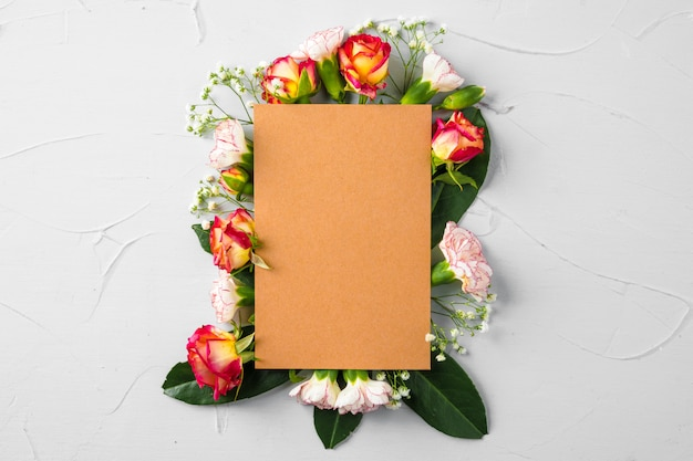 Página em branco do bloco de notas com ramo de flores
