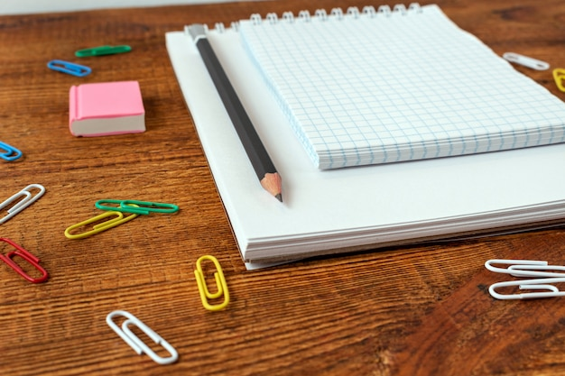 Página em branco do caderno com lápis, borracha. volta ao conceito de escola