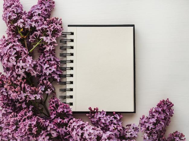 Página em branco para suas inscrições, flores lilás brilhantes