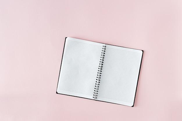 Páginas abertas do notebook lank rosa vista superior