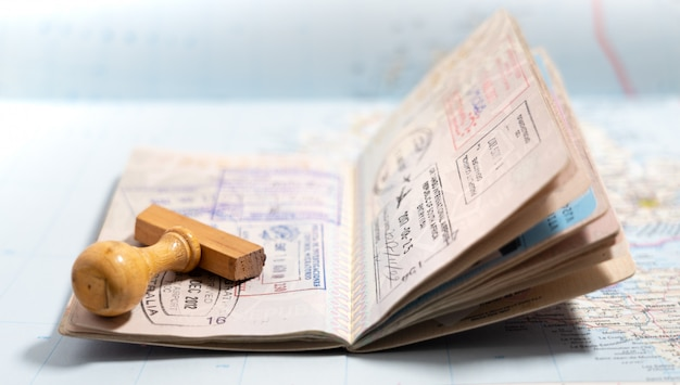 Páginas de passaporte com muitos carimbos de visto